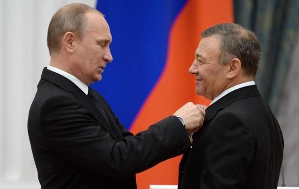 Действующий президент России (В.В. Путин, слева) и один из акционеров банка СМП (Аркадий Ротенберг)